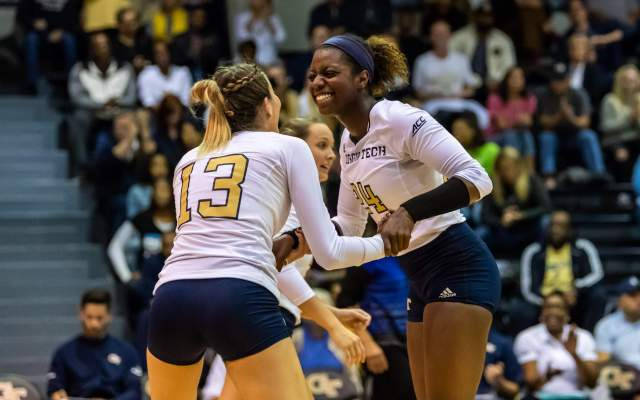 Volleyball Rallies to Defeat UC Davis in Five