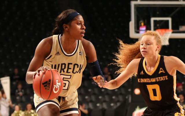 Williams' Heroics Lift Yellow Jackets Over Blue Demons, 55-54
